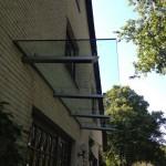 langes-Glasvordach-mit-integrierter-Beleuchtung