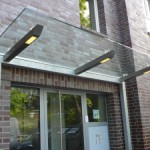 Vordach-aus-Glas-und-Stahl